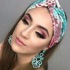 Applying an excellent coat of eyeliner together with the eye makeup is a given. Smokey eye makeup is not hard to apply if you observe some basic steps Makeup Trends, Makeup Inspo, Makeup Art, Hair Makeup, Makeup Lipstick, It Cosmetics, Dramatic Eye Makeup, Smokey Eye Makeup, Makeup Goals
