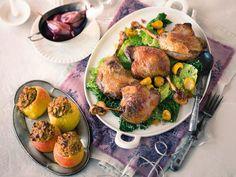 Festliches Geflügel passt gut zum gemütlichen Weihnachts-Dinner. Wie wäre es mit diesem leckeren Rezept für Entenkeulen auf Rahmwirsing
