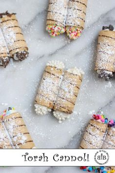 Fun quick & easy Torah cannoli dessert in honor of Simchat Torah for your consecrate! Jewish Desserts, Jewish Recipes, Sukkot Recipes, Jewish Food, Holy Cannoli, Cannoli Dessert, Cheese Dessert, Hanukkah Food, Hannukah