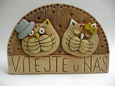 Vítejte - kočičky Ze šamotové hlíny, určené k zavěšení. Vhodné k celoroční venkovní dekoraci. Velikost 15 x 22 cm (vxš). Ceramic Decor, Ceramic Clay, Porcelain Ceramics, Cold Porcelain, Pottery Animals, Ceramic Animals, Clay Animals, Pottery Sculpture, Sculpture Clay