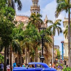 What a fantastic scenery at Parque Central. This is literally the heart of Habana. From here you can departure to any adventure in the old city. If you look even closer you can spot #ErnestHemingway in blue. Thank you our friend & great photographer @jwylie22 for sharing with us his masterpieces, more to come. #Cuba_Gallery #VisitCuba #OldHavana