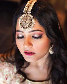 Oversized, Unique, Kundan or Small? Maang Tikka Design Ideas To Love! - The Urban Guide Tikka Jewelry, Indian Jewelry Earrings, Indian Jewelry Sets, Jewelry Design Earrings, Head Jewelry, Jewelery, Septum Jewelry, Antique Jewellery Designs, Fancy Jewellery