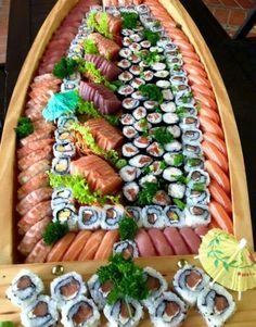 Mega barca Sushi Cake, My Sushi, Sushi Party, Sushi Buffet, Sushi Platter, Ramen Comida, Barca Sushi, Asian Recipes, Healthy Recipes