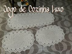 Jogo de Cozinhɑ Luxo - YouTube Crochet Crocodile Stitch, Crochet Stitches, Crochet Hats, Crochet Designs, Crochet Table Mat, Crochet Trim, Floor Rugs, Doilies, Doilies Crochet