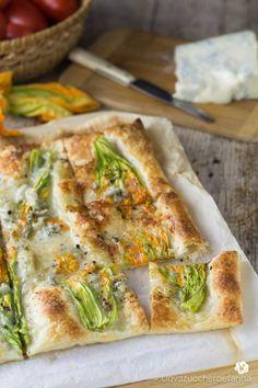 Torta salata con fiori di zucca e gorgonzola Raw Food Recipes, Meat Recipes, Italian Recipes, Vegetarian Recipes, Cooking Recipes, Strudel, Cena Light, Quiche, Good Food