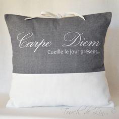 HOUSSE DE COUSSIN en linge ancien et tissu contemporain « Carpe Diem » : Textiles et tapis par touch-de-lin
