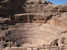 Teatro de Petra. La denominada ciudad rosada de Petra se localiza en el sur de Jordania, a 230 kilómetros de Ammán, la capital del país. Con más de dos mil años de antigüedad, fue excavado por los nabateos y ampliado después por los romanos. El camino principal conduce a este teatro, un edificio que albergaba una capacidad para 8.000 espectadores con 45 filas.