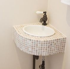 大理石のモザイクタイルで仕上げた小さな手洗い器。|タイル|デザイン|おしゃれ|洗面|