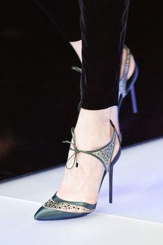Giorgio Armani no Milan Fashion Week outono de Iorσ ƒ atσ . Giorgio Armani no Milan Fall 2015 (Detalhes). Pretty Shoes, Beautiful Shoes, Cute Shoes, Me Too Shoes, Giorgio Armani, Stilettos, Pumps, Stiletto Heels, Shoe Boots