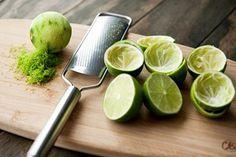 Chanh là một loại trái đã quá quen thuộc trong cuộc sống hằng ngày vừa có tác dụng trong việc nấu nướng vừa là thành phần của những loại thức uống hấp dẫn mà còn được dùng trong việc làm đẹp. Tuy nhiên không chỉ nước chanh đâu nhé cả vỏ chanh cũng có rất nhiều công dụng đấy các bạn ạ. Hôm nay cùng Mâm Cơm Việt tìm hiểu thử các mẹo vặt trong nhà bếp từ vỏ chanh là gì nhé!  Làm sạch dầu mỡ chất bẩn:  Dầu mỡ và các chất nhờn bẩn nhà bếp cực kì khó làm sạch nếu không có các loại nước tẩy rửa…