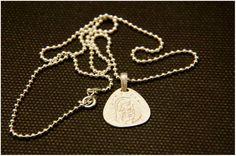 Collar con medalla de Virgen de plata. Regalo de comunión. El Taller de Petunia joyería artesanal personalizada