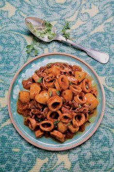 In un tegame, possibilmente di coccio, scaldate sei cucchiai d'olio, insaporitevi per alcuni minuti lo spicchio d'aglio tritato, unite i totani...