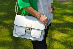 Catwalk Show: Linda, loira e japonesa: casaco verde e cordão de penas. Day Look with Aldo off white satchel. Acessorizze bracelet.