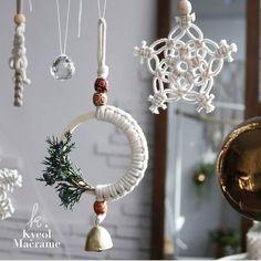 macrame/macrame anleitung+macrame diy/macrame wall hanging/macrame plant hanger/macrame knots+macrame schlüsselanhänger+macrame blumenampel+TWOME I Macrame & Natural Dyer Maker & Educator/MangoAndMore macrame studio Macrame Design, Macrame Art, Macrame Projects, Macrame Knots, Macrame Mirror, Macrame Curtain, Teacher Ornaments, Diy Christmas Ornaments, Presents For Teachers