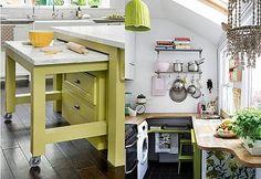 """pouco espaço na cozinha Na verdade, a primeira ideia serve para qualquer lugar: Você sempre pode ter uma mesa que só """"aparece"""" quando necessário! E olha só este cantinho de cozinha com o máximo de bancadas no mínimo espaço."""