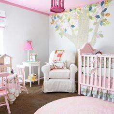 Habitación de bebé rosa y blanco