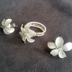 Wire Flowerring and wire flowerearring with nail polish