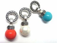 Pendientes de plata de primera ley grecados en presión con perla debajo de 1,2 cm de diámetro de color a elegir. REF.:110248640179. PRECIO: 43,40 €