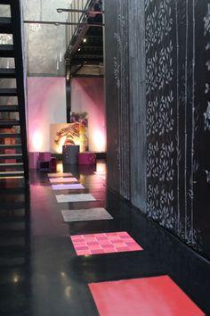 Pavimento realizzato con piastrelle rivestite in resina decorativa su cui sono state applicate diverse tipologie di texture e colorazioni