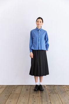 YAECAの定番のコットンシャツのブルー。ホワイトに比べて薄手でふわっとした素材感はコットン100%のものです。さわやかで絶妙な色合いのブルーは、着るだけですがすがしい気分になれそう。ホワイトシャツ同様、幅広のボックスシルエットで丈は短め。また、スナップボタンでとめるタイプなので、着脱ぎがしやすいのもポイントです。デニムやチノパンはもちろん、ベーシックなデザイン&カラーのスカートにも合わせやすく、活用度の高いアイテムです。