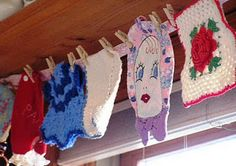 valance of vintage potholders over the kitchen sink.....adorable idea for my crochet potholder collection.