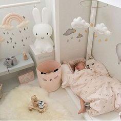 """""""Bebek odası"""" denildiğinde genellikle akıllara; şirin, tatlış, yeni pastel renkler ( şu mavi ve pembe olanından ), renkli duvarlar gelir."""