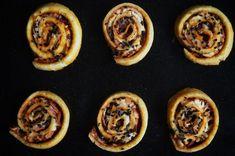Low carb pizza šneci | jsemlowcarb.cz Low Carb Recipes, Healthy Recipes, Healthy Food, Low Carb Pizza, Mozzarella, Lowes, Waffles, Muffin, Breakfast