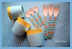 Tarrinas azules y amarillas con topitos, y tenedores grandes y pequeños de madera decorados con pollitos. bautizos, baby shower, cumpleaños... pedidos: detalllisime@yahoo.es..