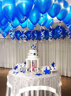 decoración con globos azules sobre la torta