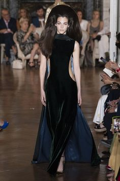 See the full Fall 2018 haute couture collection from Valentino.
