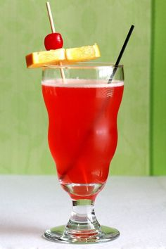 Singapore Sling drink recipe: gin, Cointreau, Benedictine and lots of fruit juices Party Food And Drinks, Bar Drinks, Cocktail Drinks, Alcoholic Drinks, Beverages, Cocktail Recipes, Heathy Drinks, Gin Based Cocktails, Craft Cocktails