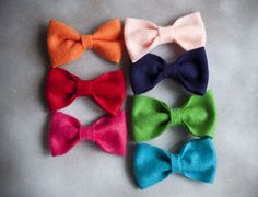 the moonlit nest: felt bow {tutorial}. I need to make these for my pups. My boys would look fantastic with bow ties! Felt Hair Bows, Diy Hair Bows, Bow Hair Clips, Bow Clip, Felt Flowers, Fabric Flowers, Diy Flowers, Felt Bow Tutorial, Diy Tutorial