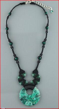 Mostrando collar macrame con piedra verde.PNG