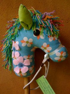 How To Make A Hobby Horse A Complete Craft Kit par chinkymonkey. $26,00, via Etsy.