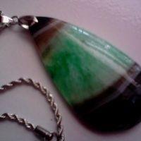 Kalung Liontin Batu Natural Beautiful Black Green Druzy Geode / NU-243 Est. Batu : 6 x 3 x 0,5 cm Batu tembus cahaya, bermotif lapis Rantai : Titanium Lilit, warna silver, dengan diameter 2 mm Panjang Rantai : 70 cm