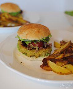 Broccoli-Quinoa-Burger mit Erbsen-Pesto und Kartoffelspalten