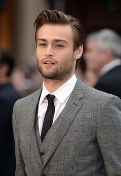 Actor Douglas Booth attends the UK Premiere of 'Noah' at the Odeon Leicester Square on March 31, 2014 in London, England.  - Photo 6