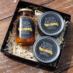 Mi #TortaNegra en lata es una maravilla y si la combinas con fruta calada, es el regalo más rico que puedas dar.  #TortaNegra #BizcochoDeNovia #FrutasCaladas #BizcochoNegro #MadeWithLove #WeddingCake #Bizcocho #Yummy #InstaFood #Instagood #Gift #WeddingPlanner #Biscuit #Sweet #Dulce #Food #PicOfTheDay #TortaNegraDeLaTíaBlanca #Regalos #Tortas #Dulces #Manjares #TuBoda