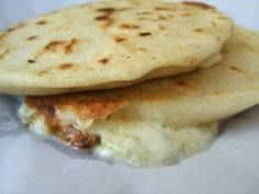 This is an easy pupusa recipe. My favorite Salvadorian Food! Popusas Recipe, Mexican Dishes, Mexican Food Recipes, Honduran Recipes, Honduran Food, El Salvadorian, El Salvador Food, Salvadoran Food, Recetas Salvadorenas