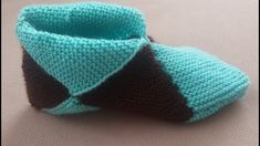 Simple Step by Step Slippers Tutorial – Stricken WolleBulmaca patik sesli anlatım ( Puzzles booties with English translation)Let's learn how to make these beautiful slippers. A lot of time we here at Design-Peak use folding techniques in order to cre Crochet Daisy, Knit Or Crochet, Crochet Santa, Crochet Jacket, Crochet Winter, Crochet Bunny, Crochet Stitch, Crochet Flower, Baby Shoes Pattern