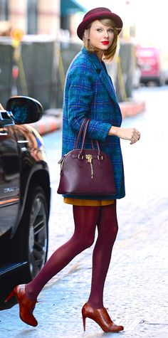 Taylor Swift Color-blocking at its finest! The star delivered a street-chic look with a charming autumnal palette of maroon, mahogany, cerulean, and goldenrod yellow. Estilo Taylor Swift, Taylor Swift Moda, Taylor Swift Style, Taylor Swift 2014, Doc Martens Outfit, Girly Girl, Fall Outfits, Fashion Outfits, Fashion Tips