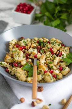 Salat aus geröstetem Blumenkohl & Haselnüssen I Roasted Cauliflower & Hazelnut Salad I haseimglueck.de Best Picture For sesame cauliflower For Your Taste You are looking for something, and it is going Salad Recipes Raw, Paleo Recipes, Clean Eating Recipes, Healthy Eating, Vegan Cauliflower, Paleo Dinner, Vegan Dishes, Food Inspiration, Cooking