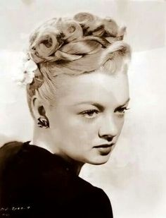 Todays hair & make up inspiration 1940s Hairstyles For Long Hair, Retro Hairstyles, Curled Hairstyles, Wedding Hairstyles, Vintage Makeup, Vintage Beauty, Vintage Style, Retro Updo, Retro Waves