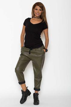 Pantaloni piele perfecti pentru o conduita inegalabila Dupa cum bine stiti, astfel de pantaloni piele nu se potrivesc numai ascultatorilor de muzica rock, pentru ca in ziua de azi nu mai conteaza ce fel de muzica asculti, pentru ca modul in care te imbraci, trebuie sa fie unul in care sa te simti bine. Asadar, croiul acestor pantaloni din piele este...  http://fashion-biz.ro/pantaloni-piele-perfecti-pentru-conduita-inegalabila/