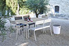 Combo Design is officieel dealer van Fermob ✓ Jouw tuin meubelen van Fermob makkelijk te bestellen ✓ Gratis verzending (NL) ✓ Snelle levertijd French Furniture, Metal Furniture, Garden Furniture, Outdoor Furniture Sets, Outdoor Fun, Outdoor Decor, Luxembourg Gardens, Parasol, Dining Arm Chair