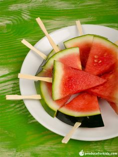 Need a cool, healthy treat for summer? These frozen watermelon pops are the answer! They're easy, kid-friendly and have only 2 ingredients. Healthy Dessert Recipes, Healthy Treats, Healthy Kids, Real Food Recipes, Desserts, Frozen Watermelon, Cut Watermelon, Chapati, Smoothie Popsicles