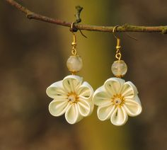 Satin kanzashi flower earrings with champagne quartz - Cercei flori kanzashi…