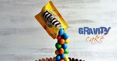 Recette de gravity cake (ou gâteau suspendu) aux M&Ms, chocolat et noix de coco. Gravity Cake, Cookies Et Biscuits, Buffet, Candy, Table, Pies, Easy Moist Chocolate Cake, Candles, Tables