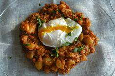 fasola, jajka, kiełbasa, boczek, cebula, pomidory, natka pietruszki,