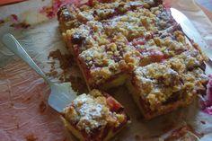 Plum crumble cake. So delicious!   Recipe in polish: http://www.kwestiasmaku.com/zielony_srodek/sliwki/ciasto_ze_sliwkami/przepis.html